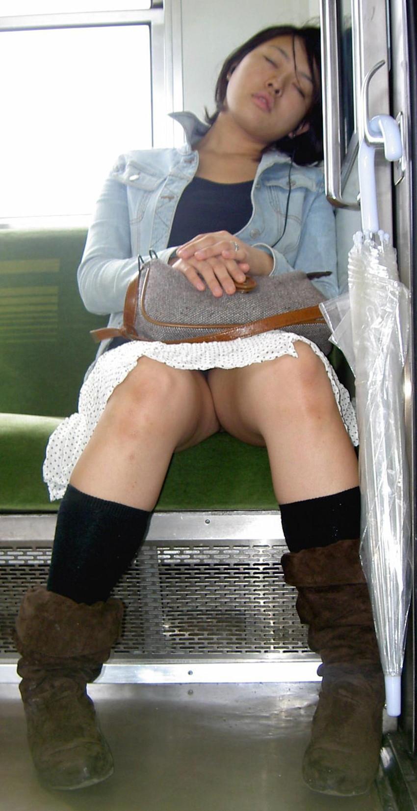 【居眠りパンチラエロ画像】居眠りOLが電車内でお股ユルユル!ww居眠り美女の無防備なパンチラを盗撮した居眠りパンチラのエロ画像集!ww【80枚】 43