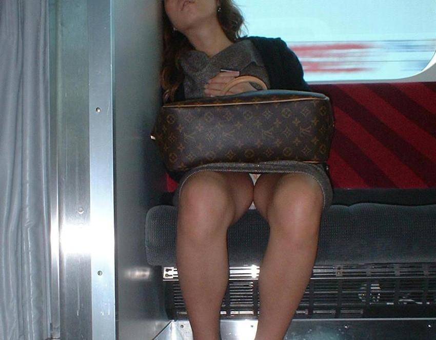 【居眠りパンチラエロ画像】居眠りOLが電車内でお股ユルユル!ww居眠り美女の無防備なパンチラを盗撮した居眠りパンチラのエロ画像集!ww【80枚】 45