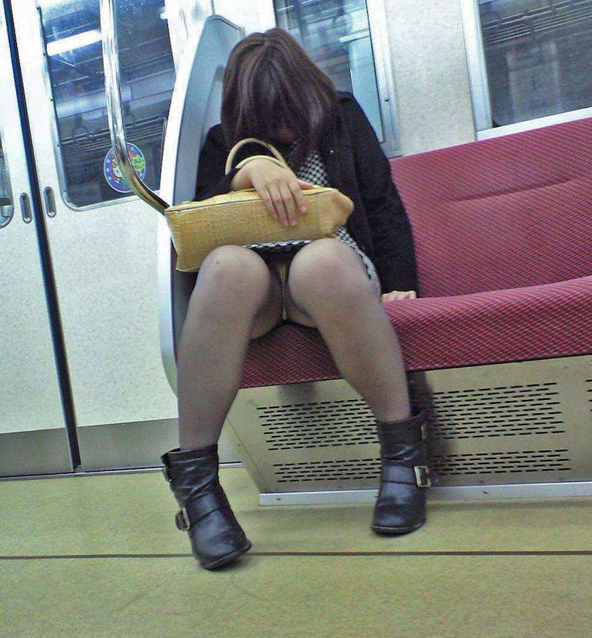 【居眠りパンチラエロ画像】居眠りOLが電車内でお股ユルユル!ww居眠り美女の無防備なパンチラを盗撮した居眠りパンチラのエロ画像集!ww【80枚】 47