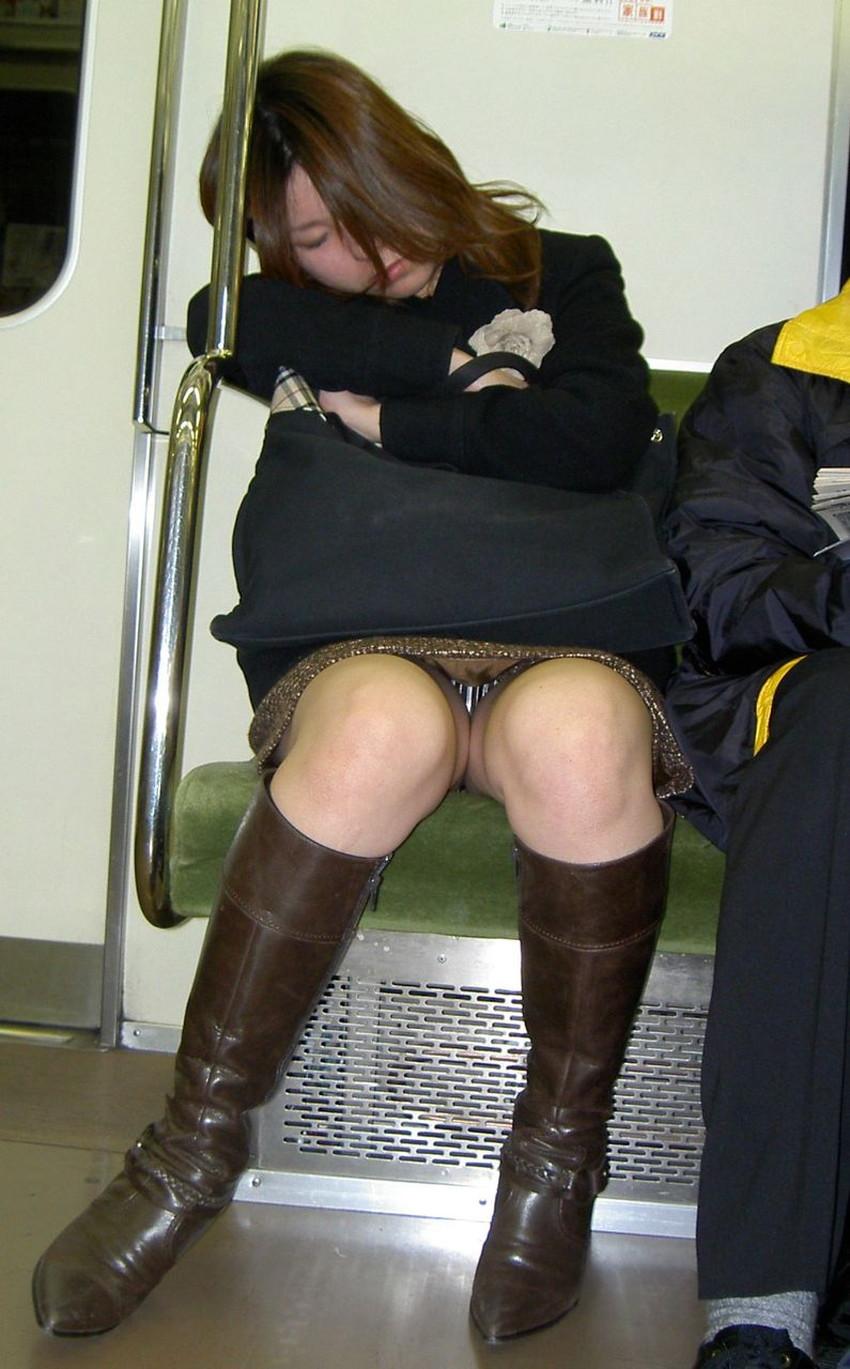 【居眠りパンチラエロ画像】居眠りOLが電車内でお股ユルユル!ww居眠り美女の無防備なパンチラを盗撮した居眠りパンチラのエロ画像集!ww【80枚】 48