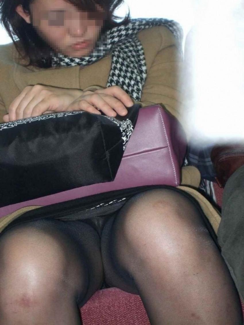 【居眠りパンチラエロ画像】居眠りOLが電車内でお股ユルユル!ww居眠り美女の無防備なパンチラを盗撮した居眠りパンチラのエロ画像集!ww【80枚】 50