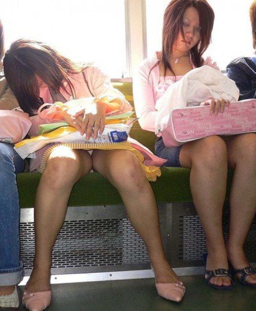 【居眠りパンチラエロ画像】居眠りOLが電車内でお股ユルユル!ww居眠り美女の無防備なパンチラを盗撮した居眠りパンチラのエロ画像集!ww【80枚】 52
