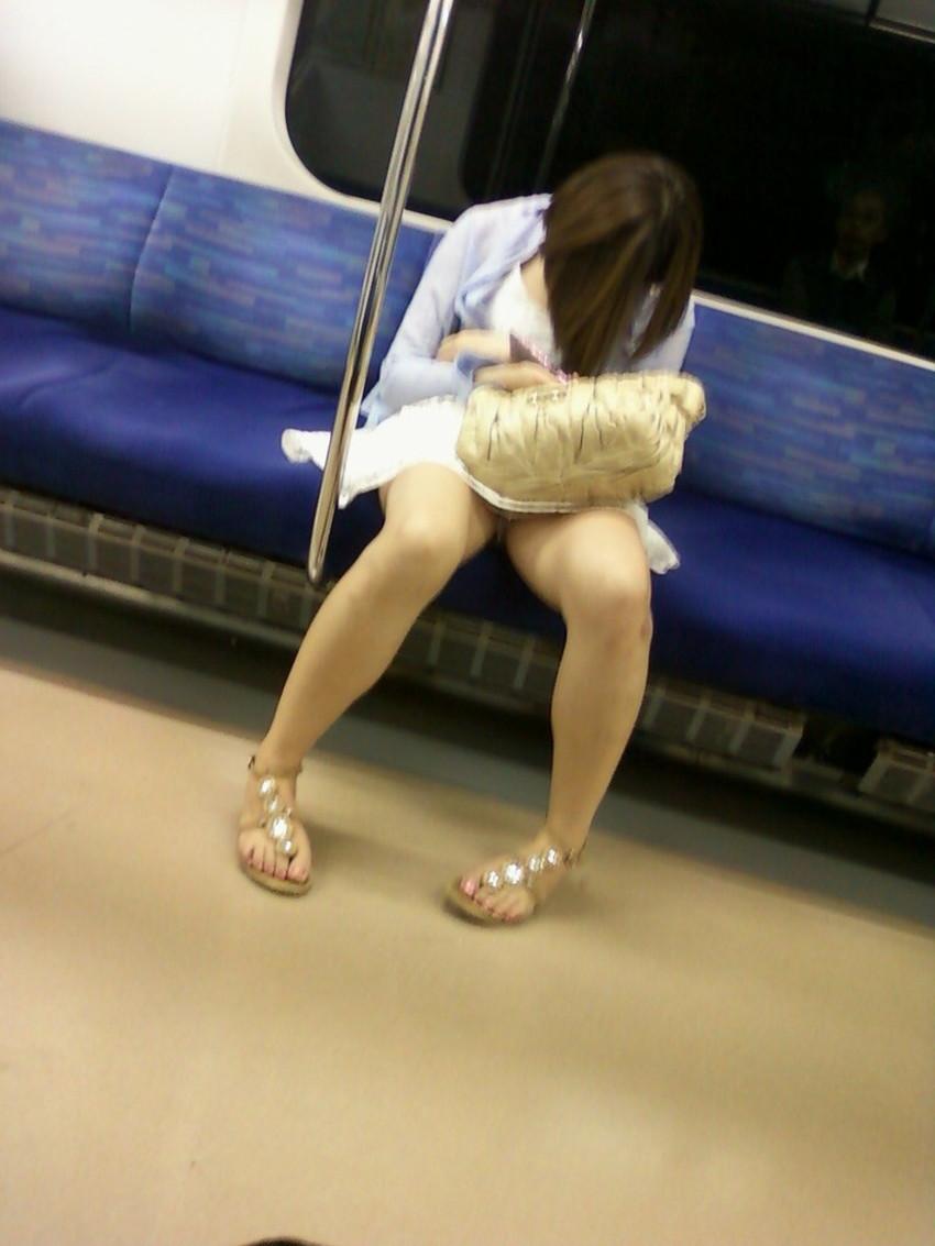 【居眠りパンチラエロ画像】居眠りOLが電車内でお股ユルユル!ww居眠り美女の無防備なパンチラを盗撮した居眠りパンチラのエロ画像集!ww【80枚】 57