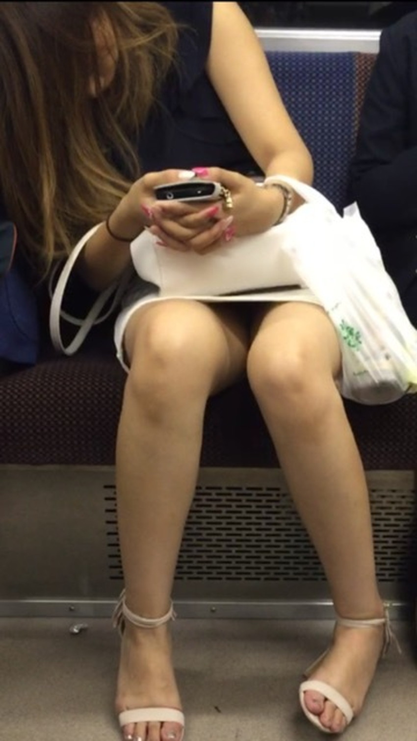 【居眠りパンチラエロ画像】居眠りOLが電車内でお股ユルユル!ww居眠り美女の無防備なパンチラを盗撮した居眠りパンチラのエロ画像集!ww【80枚】 58