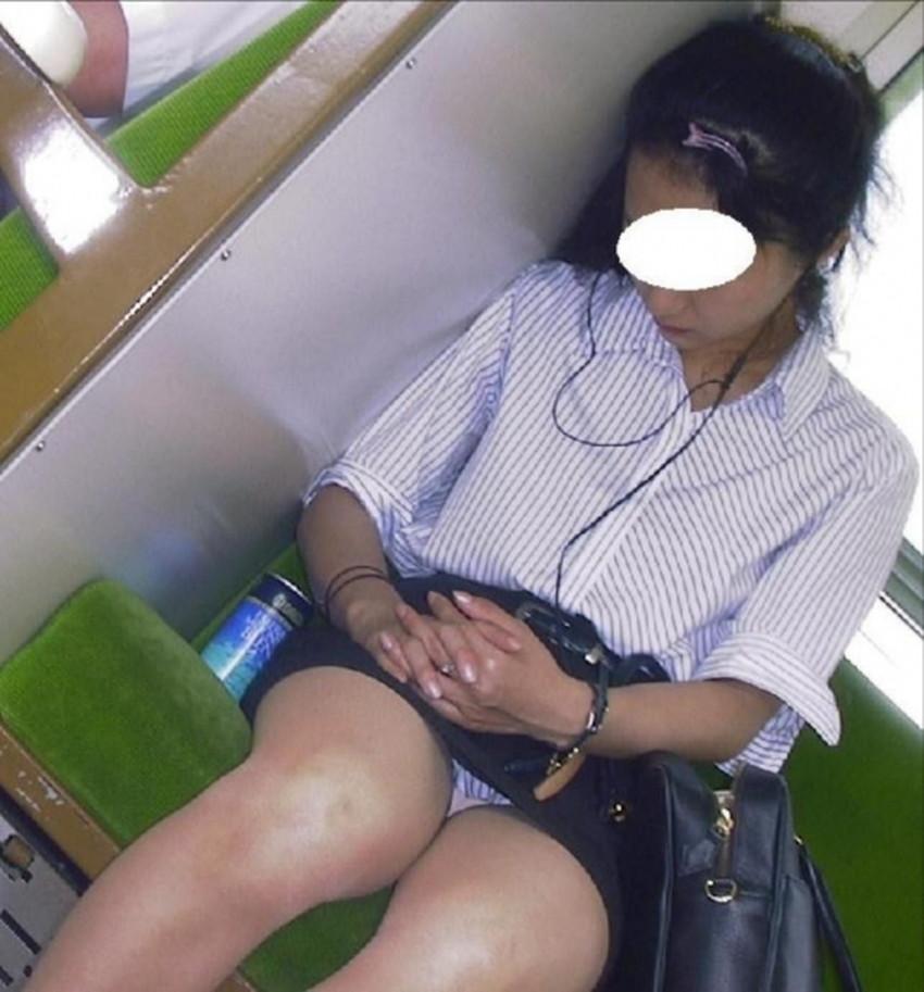 【居眠りパンチラエロ画像】居眠りOLが電車内でお股ユルユル!ww居眠り美女の無防備なパンチラを盗撮した居眠りパンチラのエロ画像集!ww【80枚】 61