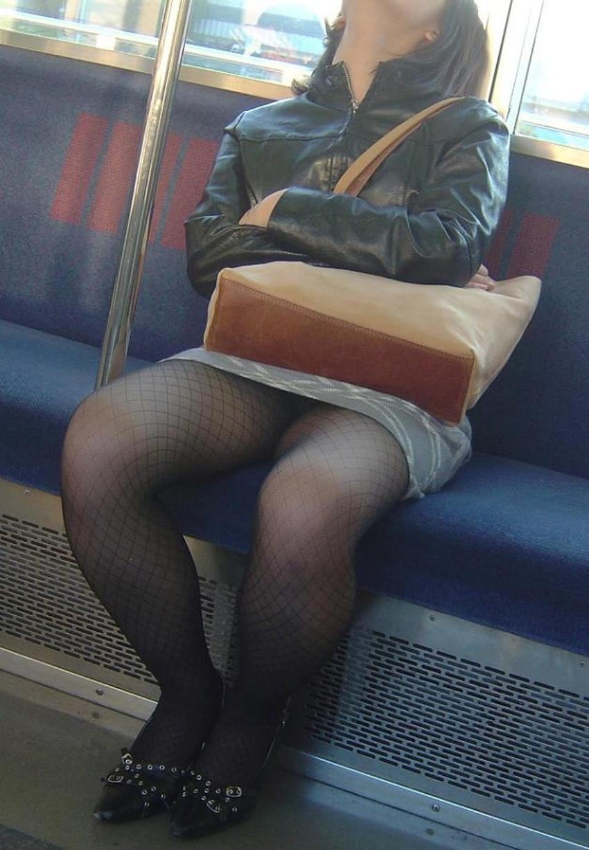 【居眠りパンチラエロ画像】居眠りOLが電車内でお股ユルユル!ww居眠り美女の無防備なパンチラを盗撮した居眠りパンチラのエロ画像集!ww【80枚】 71