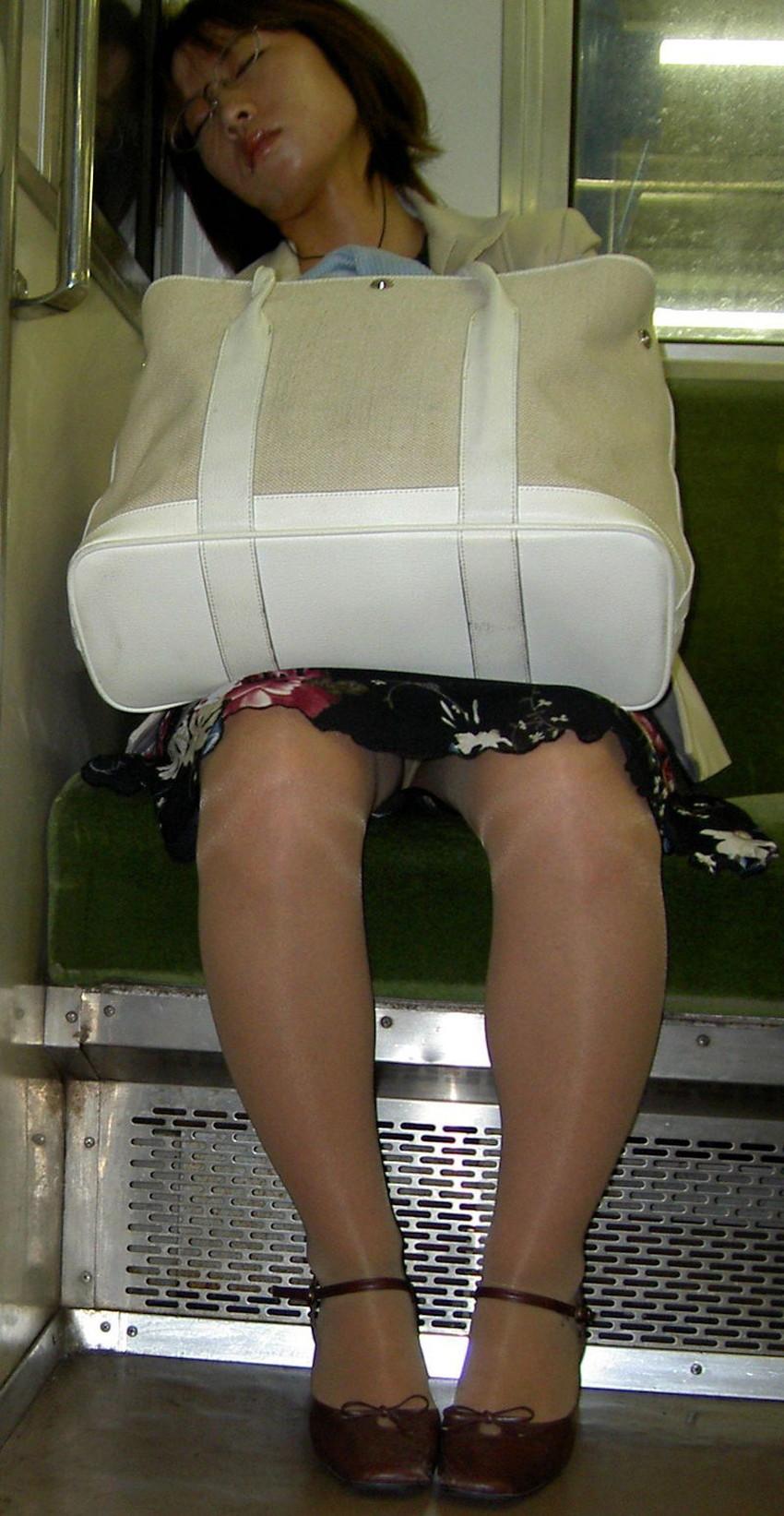 【居眠りパンチラエロ画像】居眠りOLが電車内でお股ユルユル!ww居眠り美女の無防備なパンチラを盗撮した居眠りパンチラのエロ画像集!ww【80枚】 73