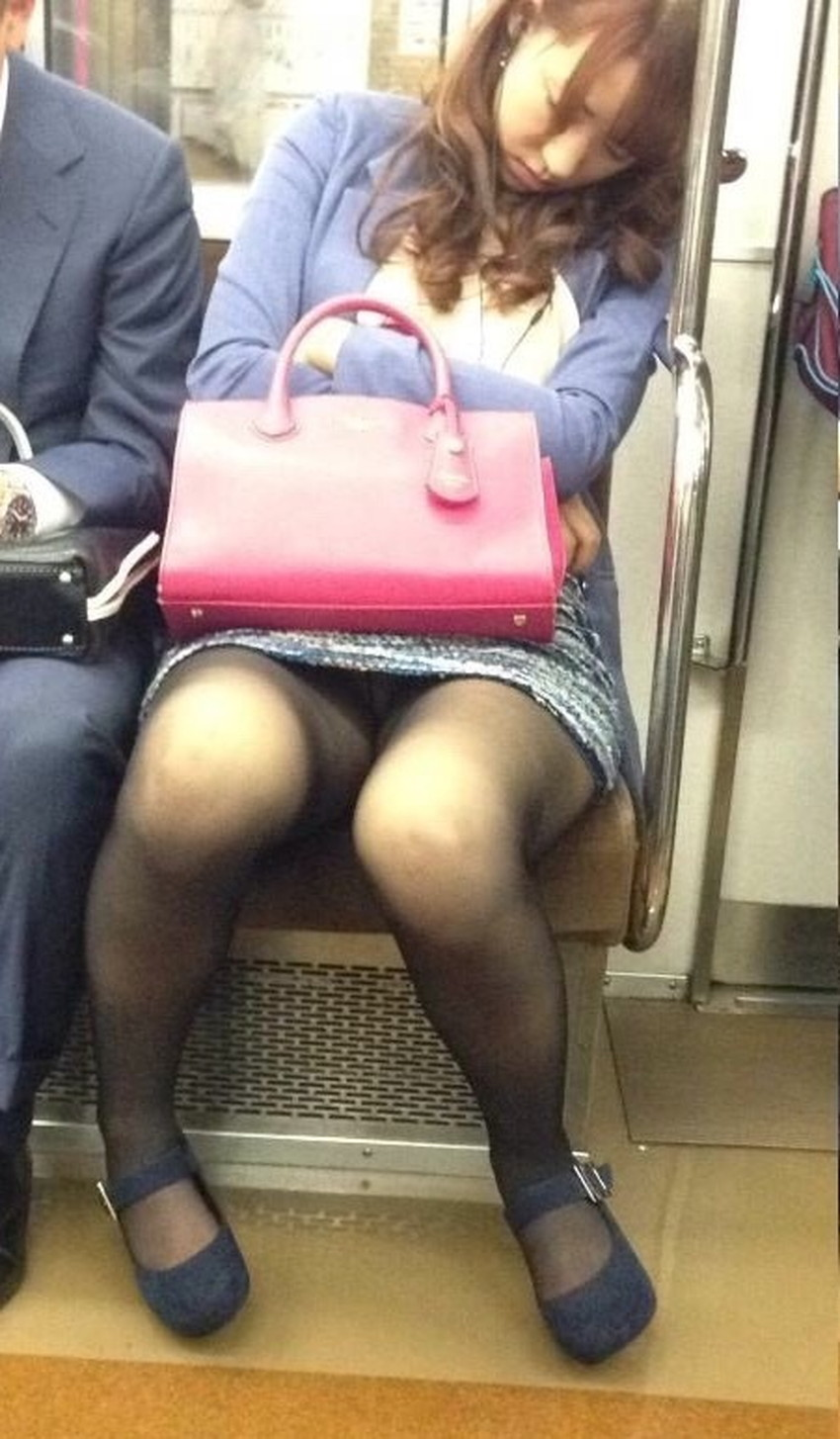 【居眠りパンチラエロ画像】居眠りOLが電車内でお股ユルユル!ww居眠り美女の無防備なパンチラを盗撮した居眠りパンチラのエロ画像集!ww【80枚】 79