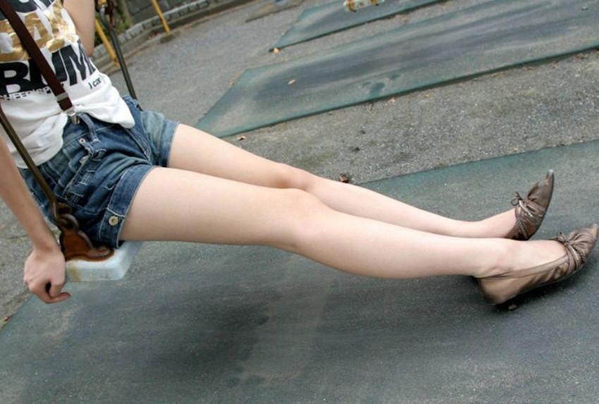 【生足エロ画像】ショーパンやミニスカの生足女子の美脚やパンチラ、ハミケツが最高過ぎる生足のエロ画像集!ww【80枚】 11