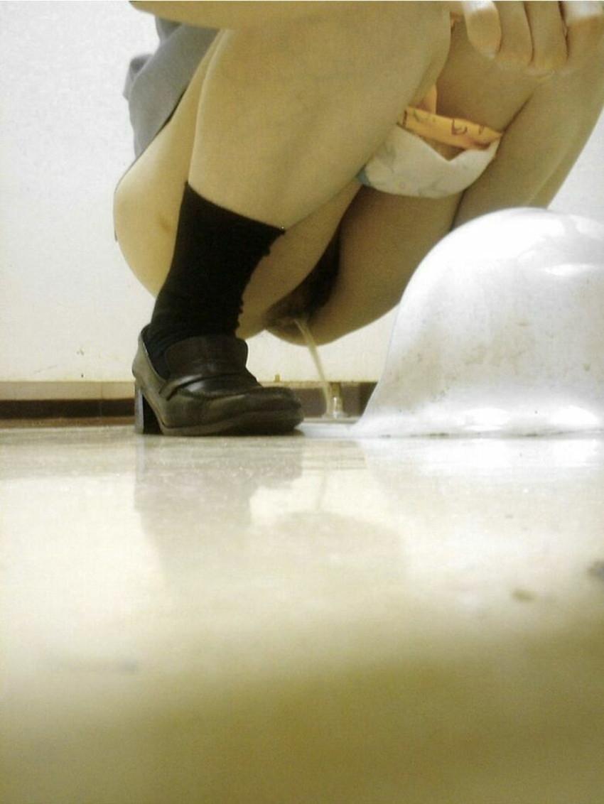 【便所盗撮エロ画像】素人OLやJDの放尿おまんこをどアップで隠し撮り!公衆トイレに隠しカメラしかけちゃった便所盗撮のエロ画像集!ww【80枚】 26