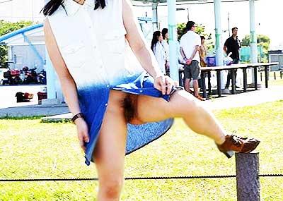 【ノーパン女子エロ画像】スカートめくったらおまんこと美尻が丸見えのプチ露出狂女子たちが誘惑してくれるノーパン女子のエロ画像集!ww【80枚】