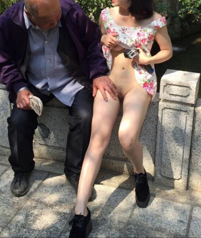 【ノーパン女子エロ画像】スカートめくったらおまんこと美尻が丸見えのプチ露出狂女子たちが誘惑してくれるノーパン女子のエロ画像集!ww【80枚】 21