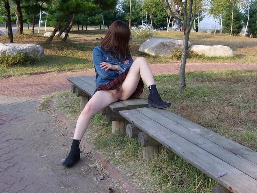 【ノーパン女子エロ画像】スカートめくったらおまんこと美尻が丸見えのプチ露出狂女子たちが誘惑してくれるノーパン女子のエロ画像集!ww【80枚】 22