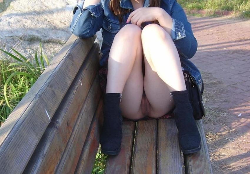 【ノーパン女子エロ画像】スカートめくったらおまんこと美尻が丸見えのプチ露出狂女子たちが誘惑してくれるノーパン女子のエロ画像集!ww【80枚】 44