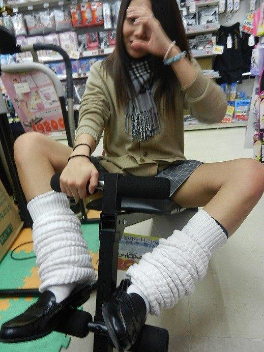【ルーズソックスエロ画像集】ダッルダルのルーズソックスで足コキされて顔面踏んでもらいたいスーズソックスエロ画像集ww 12
