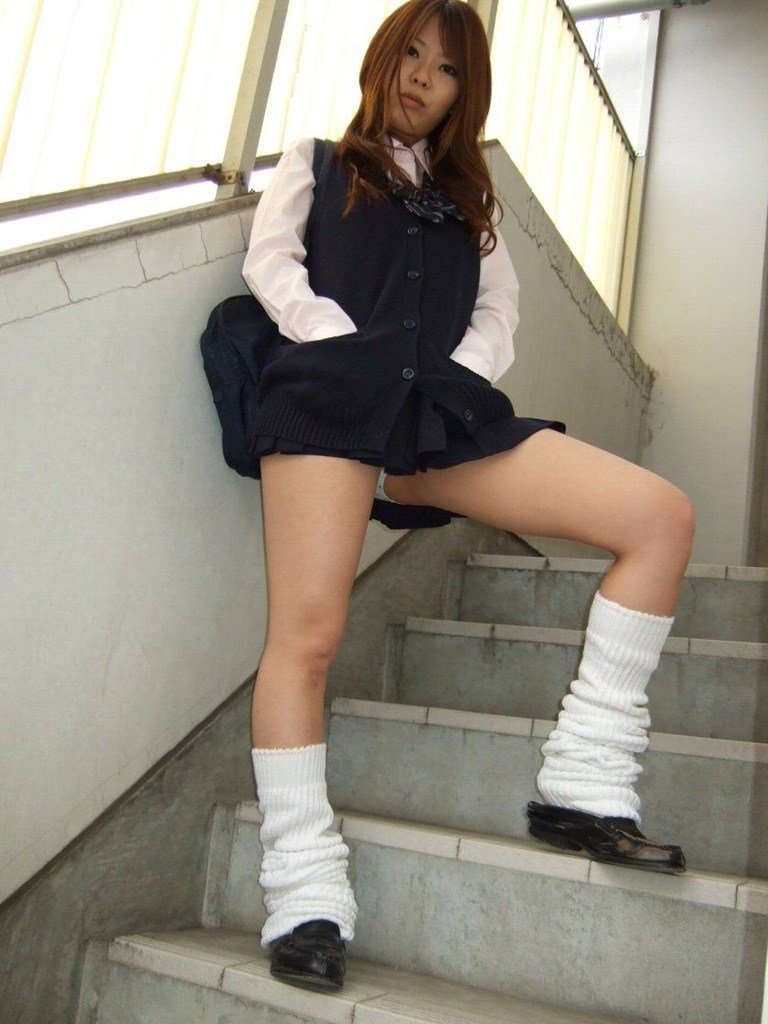 【ルーズソックスエロ画像集】ダッルダルのルーズソックスで足コキされて顔面踏んでもらいたいスーズソックスエロ画像集ww 61