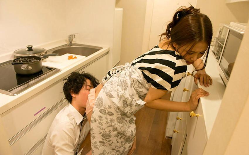 【台所セックスエロ画像】若妻や熟女妻を寝取るならキッチンで立ちバック挿入!wwちんぽも野菜もブチ込める台所セックスのエロ画像集!ww【80枚】 11
