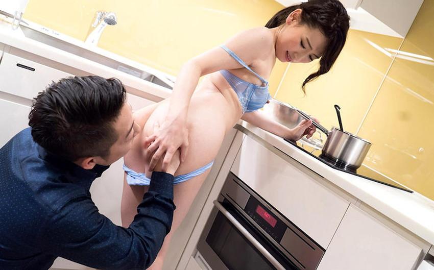 【台所セックスエロ画像】若妻や熟女妻を寝取るならキッチンで立ちバック挿入!wwちんぽも野菜もブチ込める台所セックスのエロ画像集!ww【80枚】 24