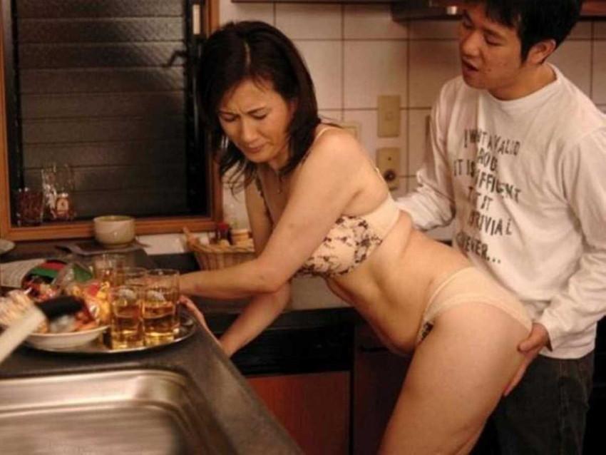 【台所セックスエロ画像】若妻や熟女妻を寝取るならキッチンで立ちバック挿入!wwちんぽも野菜もブチ込める台所セックスのエロ画像集!ww【80枚】 41