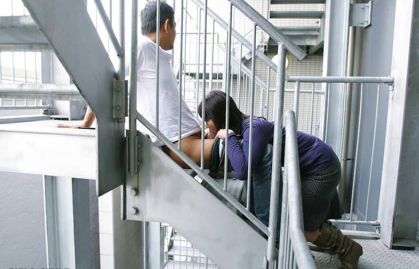 【階段 エロ画像】非常階段でスリル満点セックスしたりミニスカ素人娘のパンチラ盗撮しちゃってる階段エロ画像集!ww 04