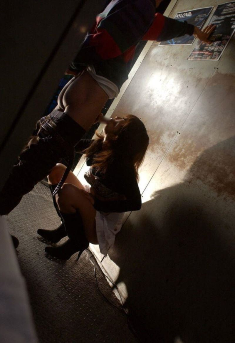 【階段 エロ画像】非常階段でスリル満点セックスしたりミニスカ素人娘のパンチラ盗撮しちゃってる階段エロ画像集!ww 20