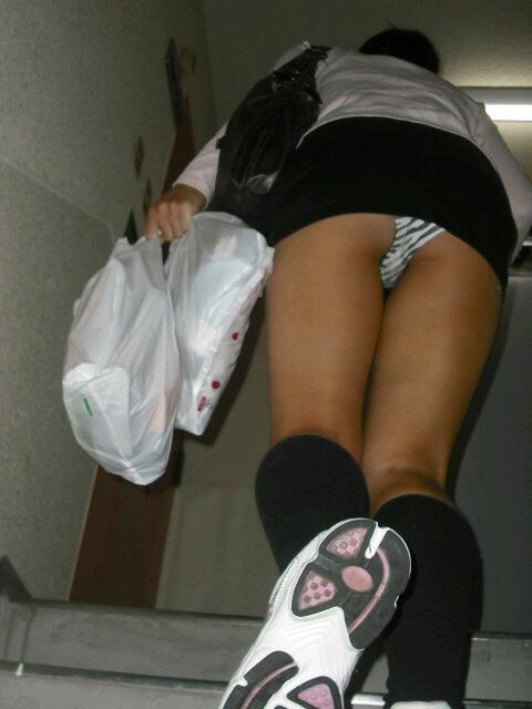 【階段 エロ画像】非常階段でスリル満点セックスしたりミニスカ素人娘のパンチラ盗撮しちゃってる階段エロ画像集!ww 44