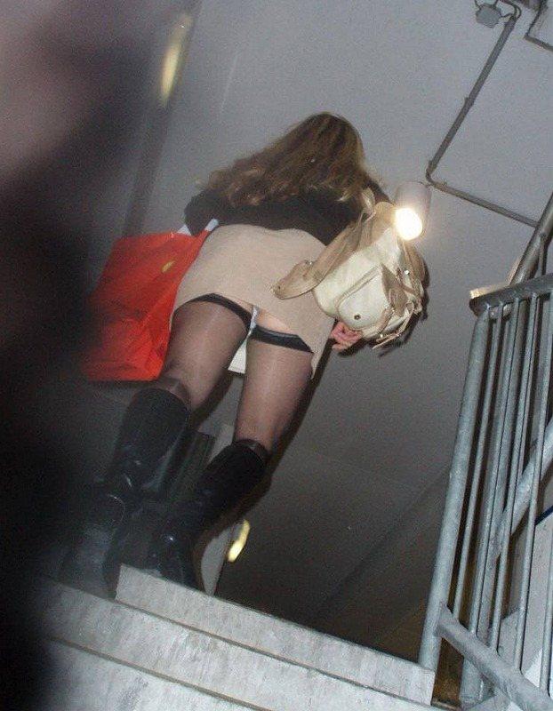 【階段 エロ画像】非常階段でスリル満点セックスしたりミニスカ素人娘のパンチラ盗撮しちゃってる階段エロ画像集!ww 54