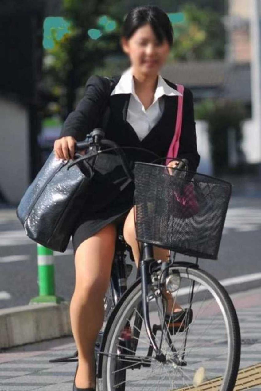 【チャリンコ女子エロ画像】自転車通学の制服JKやスーツOLのパンチラや食い込む美尻が朝から嬉し過ぎるチャリンコ女子のエロ画像集!ww【80枚】 15