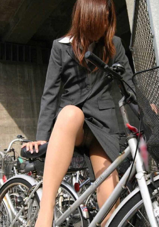 【チャリンコ女子エロ画像】自転車通学の制服JKやスーツOLのパンチラや食い込む美尻が朝から嬉し過ぎるチャリンコ女子のエロ画像集!ww【80枚】 16