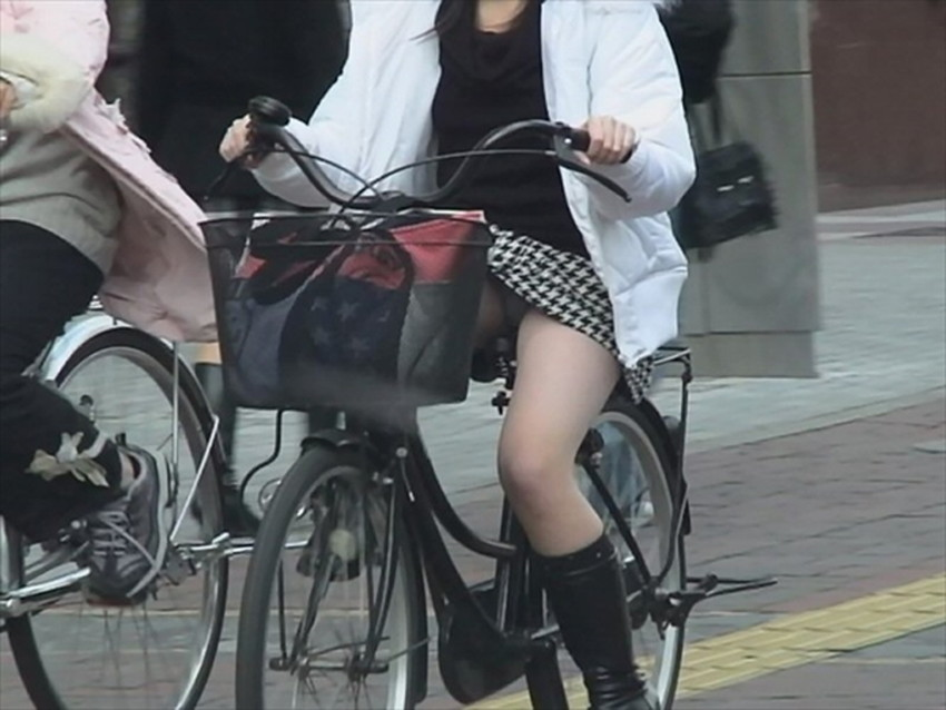 【チャリンコ女子エロ画像】自転車通学の制服JKやスーツOLのパンチラや食い込む美尻が朝から嬉し過ぎるチャリンコ女子のエロ画像集!ww【80枚】 17