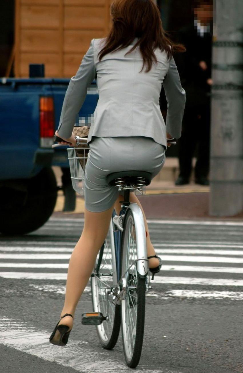 【チャリンコ女子エロ画像】自転車通学の制服JKやスーツOLのパンチラや食い込む美尻が朝から嬉し過ぎるチャリンコ女子のエロ画像集!ww【80枚】 33