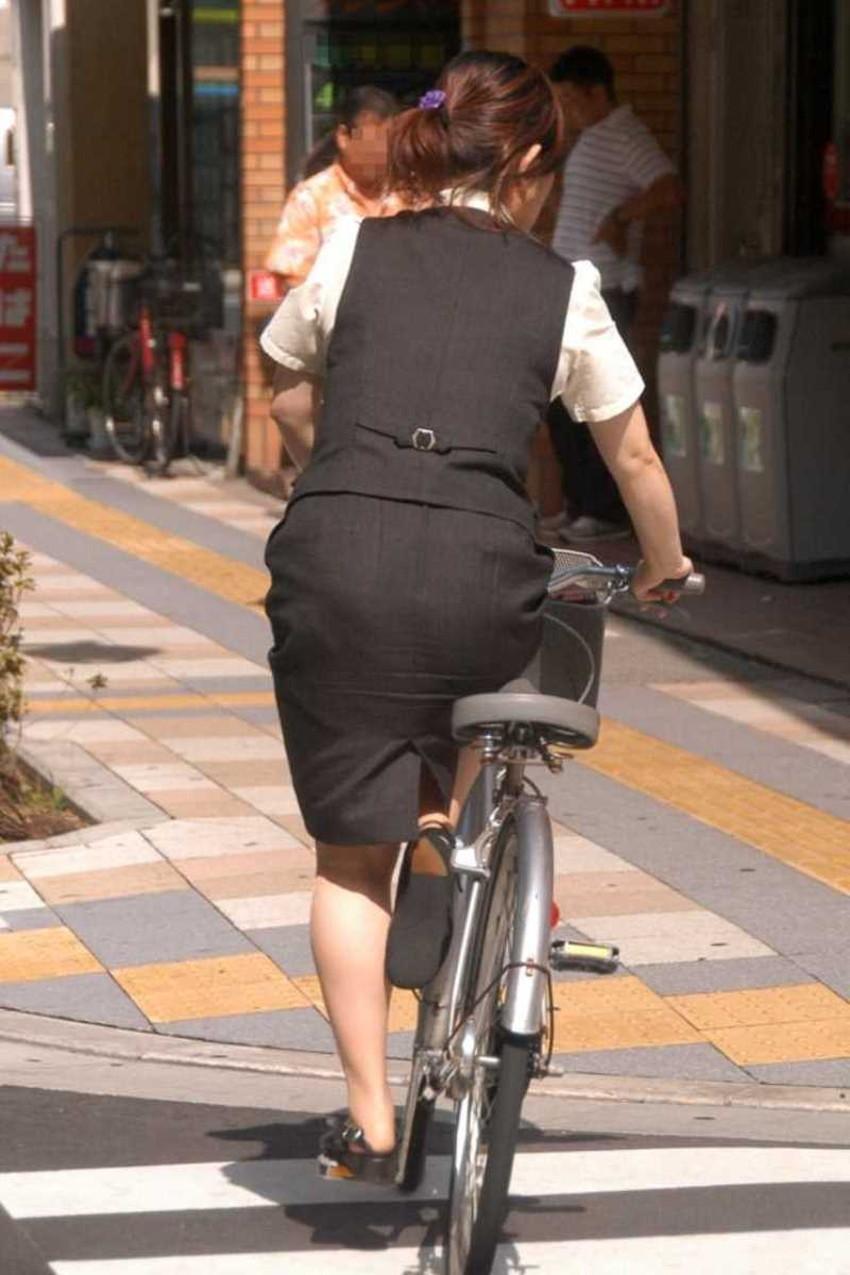 【チャリンコ女子エロ画像】自転車通学の制服JKやスーツOLのパンチラや食い込む美尻が朝から嬉し過ぎるチャリンコ女子のエロ画像集!ww【80枚】 37