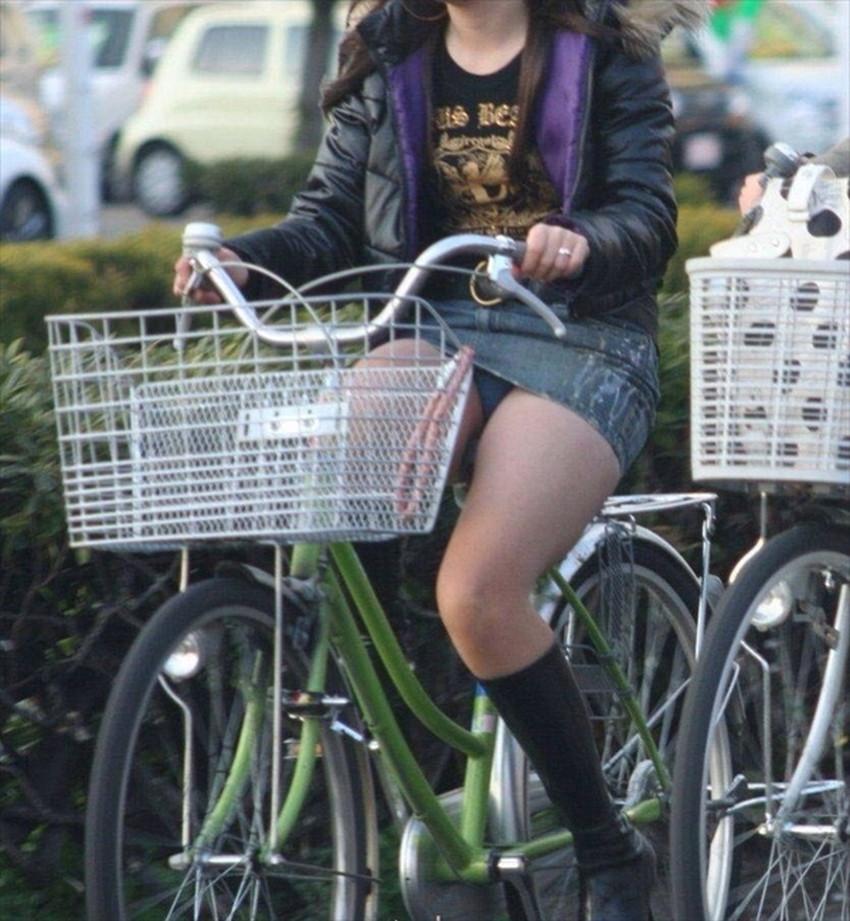 【チャリンコ女子エロ画像】自転車通学の制服JKやスーツOLのパンチラや食い込む美尻が朝から嬉し過ぎるチャリンコ女子のエロ画像集!ww【80枚】 39