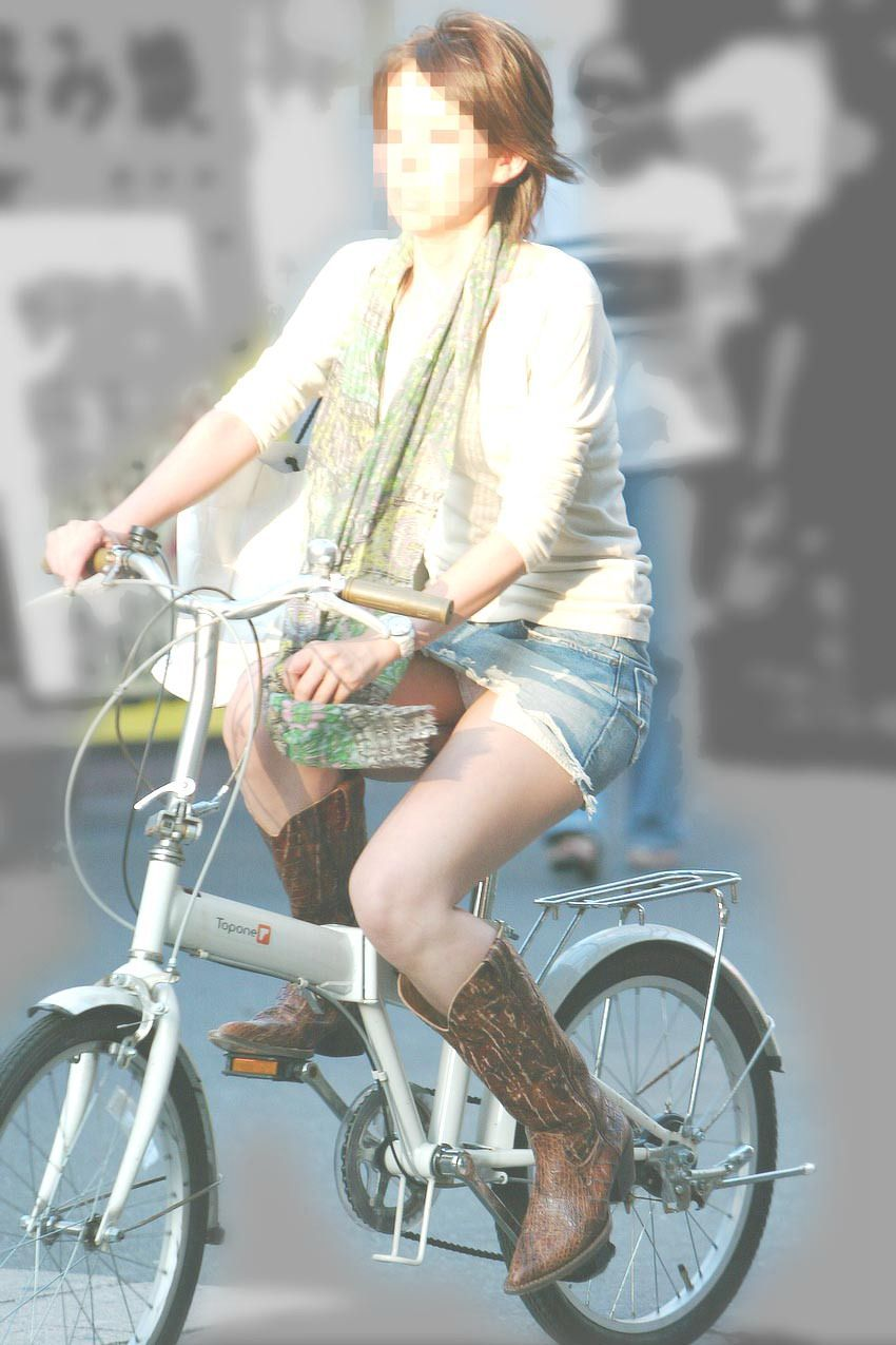 【チャリンコ女子エロ画像】自転車通学の制服JKやスーツOLのパンチラや食い込む美尻が朝から嬉し過ぎるチャリンコ女子のエロ画像集!ww【80枚】 57