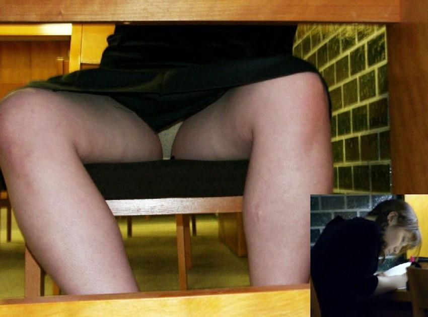 【机の下パンチラエロ画像】素人娘が机の下で無防備なデルタゾーンからパンチラしてる瞬間を盗撮されてる机の下パンチラのエロ画像集!w【80枚】 10