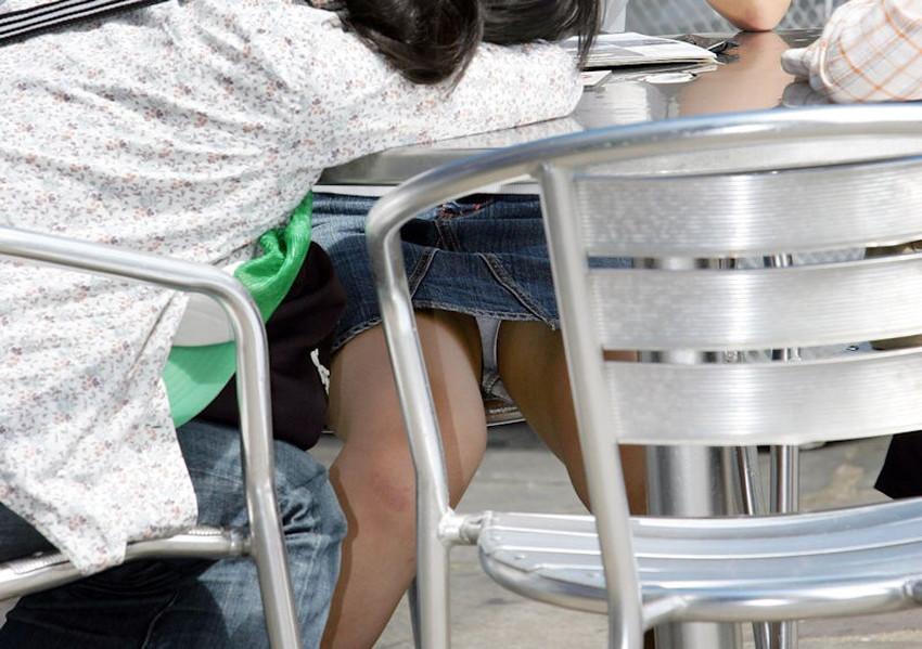 【机の下パンチラエロ画像】素人娘が机の下で無防備なデルタゾーンからパンチラしてる瞬間を盗撮されてる机の下パンチラのエロ画像集!w【80枚】 15