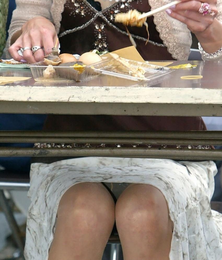 【机の下パンチラエロ画像】素人娘が机の下で無防備なデルタゾーンからパンチラしてる瞬間を盗撮されてる机の下パンチラのエロ画像集!w【80枚】 63
