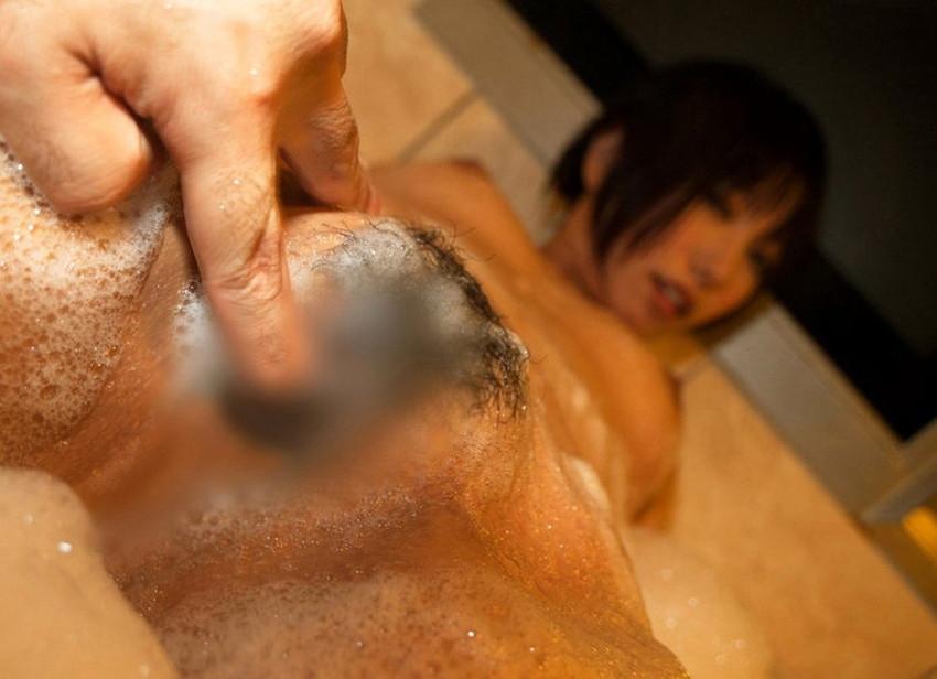 【お風呂手マンエロ画像】イチャラブカップルが湯船で彼女に水中手マンしてるお風呂手マンのエロ画像集!ww【80枚】 68