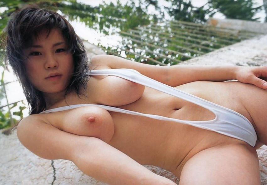 【スリングショット水着エロ画像】全裸よりもエロいスリングショット水着!乳首がとおまんこを隠すだけの変態水着で調教セックスされてるスリングショット水着のエロ画像集!w【80枚】