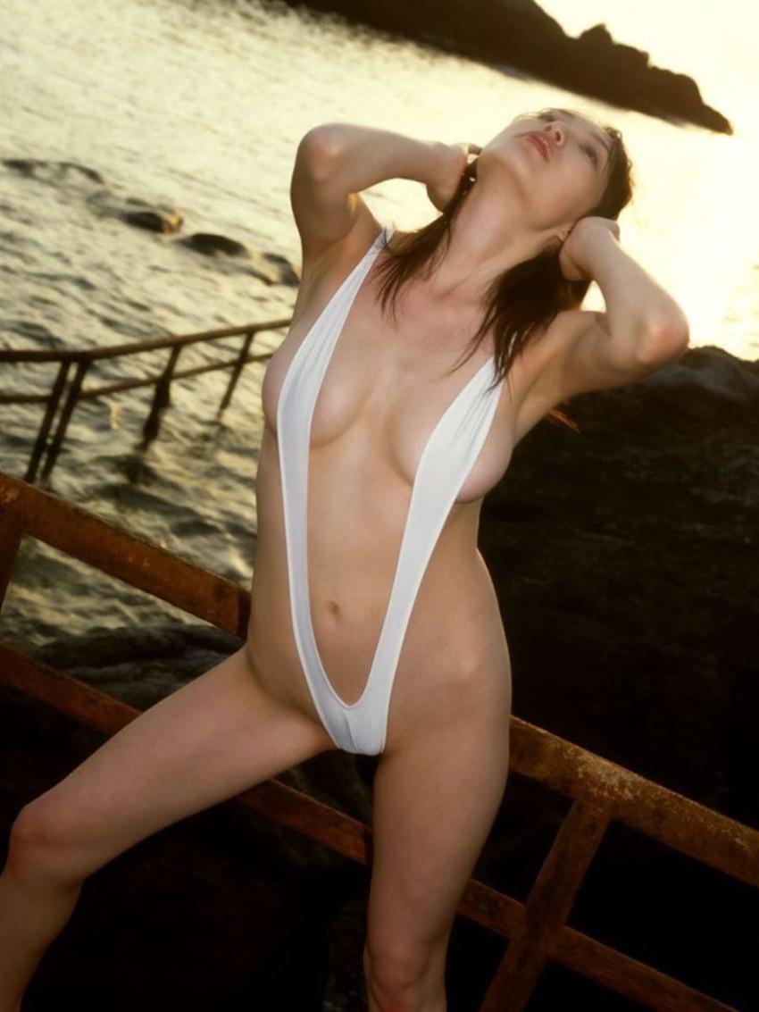 【スリングショット水着エロ画像】全裸よりもエロいスリングショット水着!乳首がとおまんこを隠すだけの変態水着で調教セックスされてるスリングショット水着のエロ画像集!w【80枚】 38