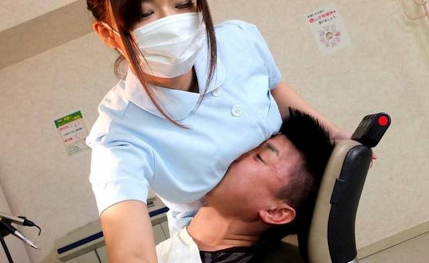【歯科衛生士エロ画像】歯科衛生士の巨乳があたったりパンチラに興奮して診察台で乳揉みしちゃう歯科衛生士のエロ画像集!ww【80枚】 03