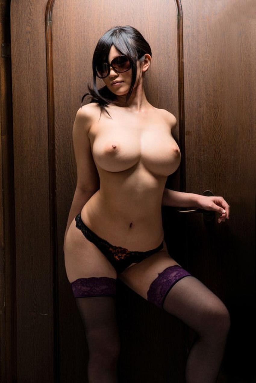 【サングラスヌードエロ画像】美女たちがサングラスしたままおっぱいやおまんこ晒してオナニーやフェラww顔は隠して全裸露出しながらセックスしてるサングラスヌードのエロ画像集!ww【80枚】 31