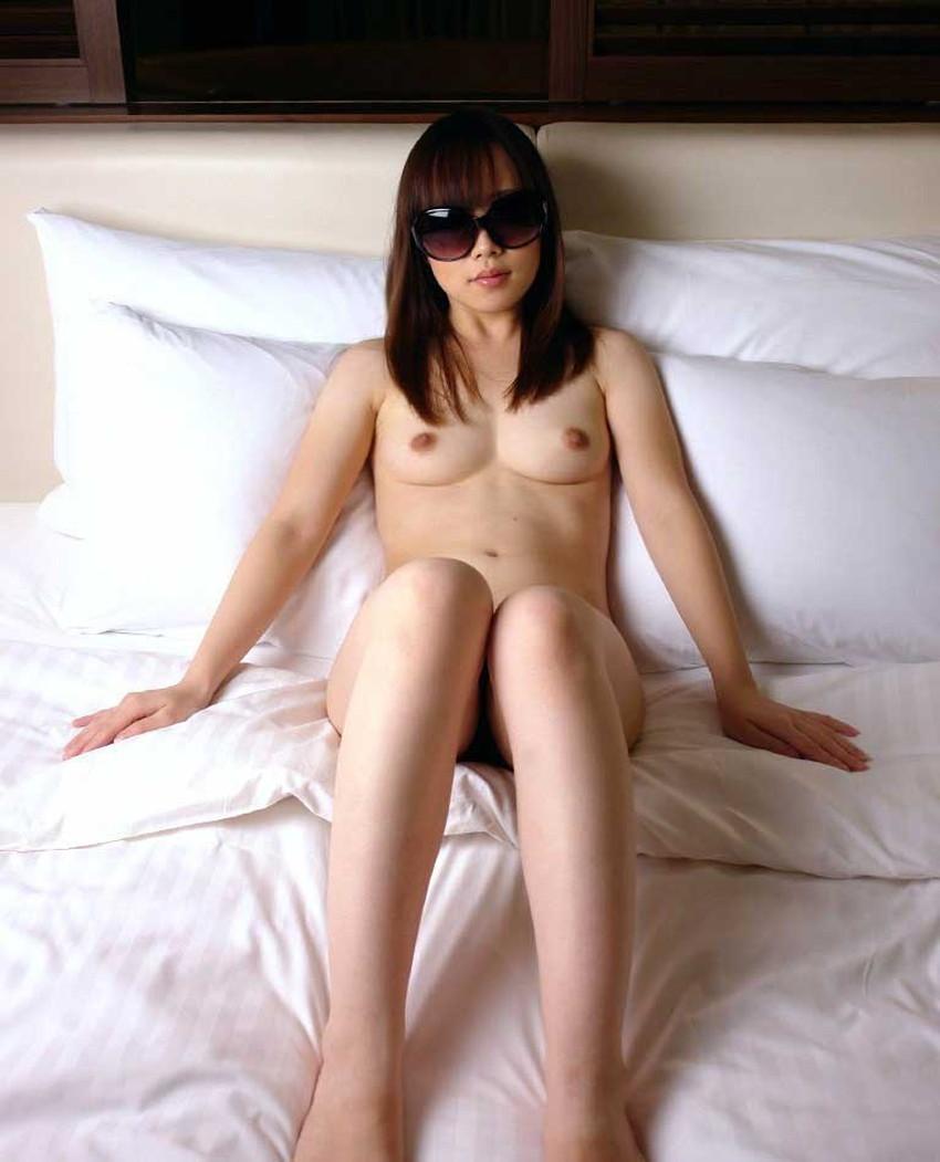 【サングラスヌードエロ画像】美女たちがサングラスしたままおっぱいやおまんこ晒してオナニーやフェラww顔は隠して全裸露出しながらセックスしてるサングラスヌードのエロ画像集!ww【80枚】 80