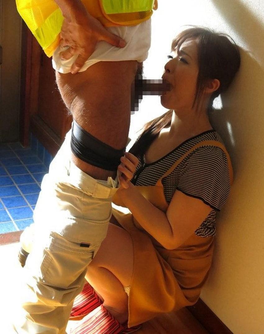 【玄関フェラエロ画像】人妻にフェラしてもらうなら玄関が一番ww旦那さんが帰宅するスリルを味わえる玄関フェラのエロ画像集!w【80枚】 38