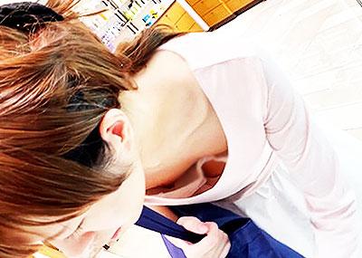 【貧乳胸チラエロ画像】貧乳だからこそ見える前かがみ胸チラ!!服やブラがスカスカで乳首まで見えてる貧乳胸チラのエロ画像集!ww【80枚】