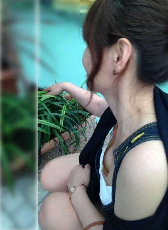 【貧乳胸チラエロ画像】貧乳だからこそ見える前かがみ胸チラ!!服やブラがスカスカで乳首まで見えてる貧乳胸チラのエロ画像集!ww【80枚】 52