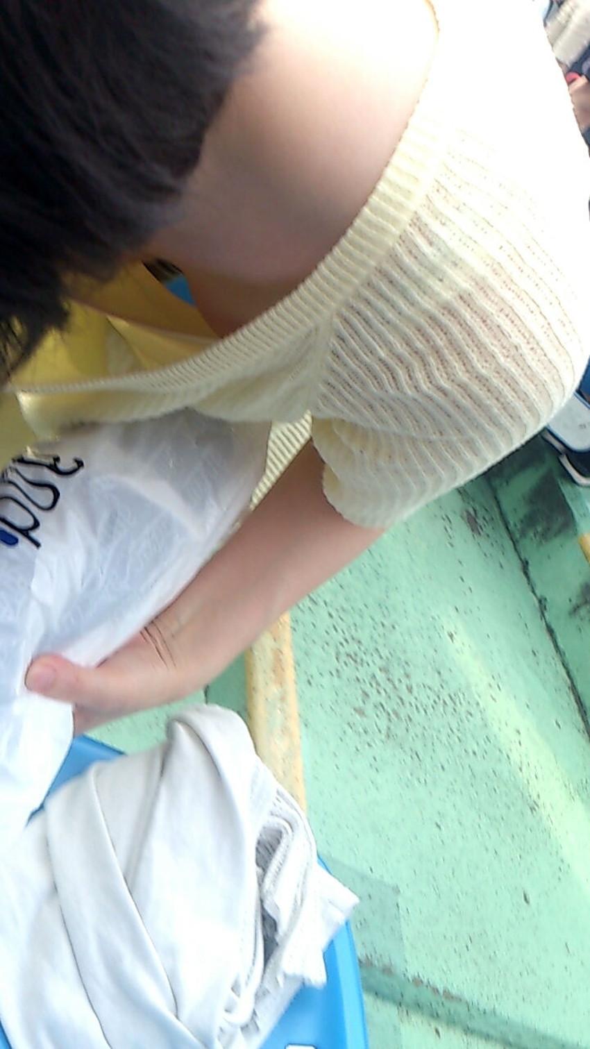 【貧乳胸チラエロ画像】貧乳だからこそ見える前かがみ胸チラ!!服やブラがスカスカで乳首まで見えてる貧乳胸チラのエロ画像集!ww【80枚】 61