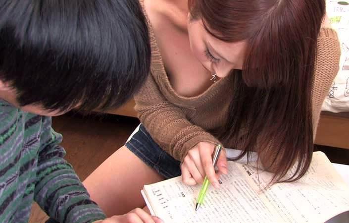 【家庭教師エロ画像】巨乳の谷間チラつかせながら胸チラ状態で勉強とセックスを教えてくれる家庭教師のエロ画像集ですwwww 38