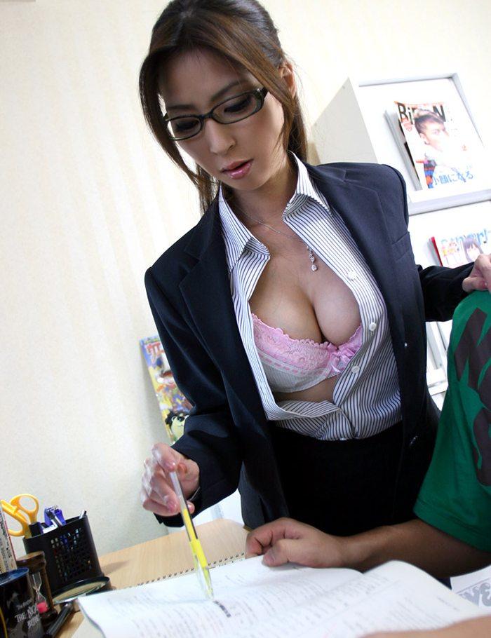 【家庭教師エロ画像】巨乳の谷間チラつかせながら胸チラ状態で勉強とセックスを教えてくれる家庭教師のエロ画像集ですwwww 51