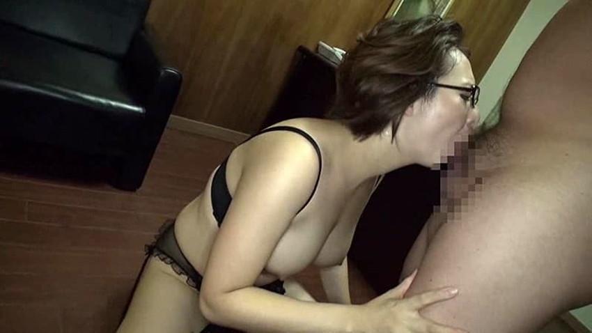 【メガネ主婦エロ画像】マジメそうなメガネの裏側に隠された人妻の性欲!ww他人棒をフェラして不倫を堪能しているメガネ主婦のエロ画像集!w【80枚】 64
